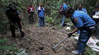 139 قبرا جماعيا و28 مخيَّما/معتقلا لشبكات تهريب البشر تُكتشَف في ماليزيا    25-5-2015