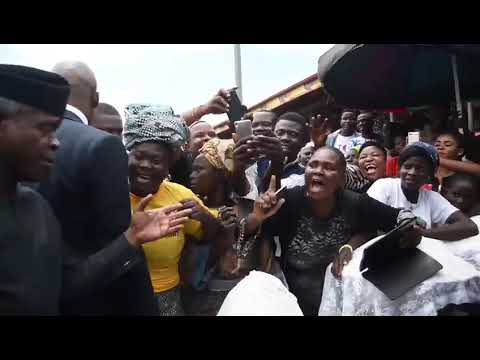 VP Yemi Osinbajo with market women at Gbagi market Ibadan as Tradermoni train reaches to Oyo State