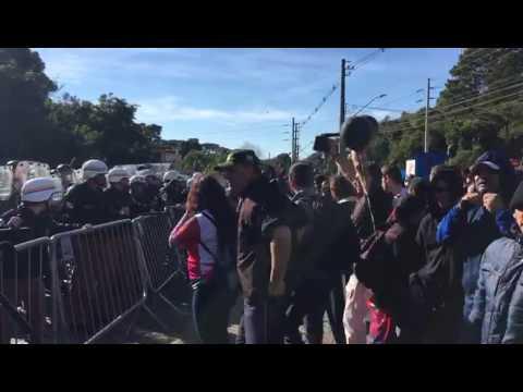 Manifestantes e policiais entram em confronto em Curitiba