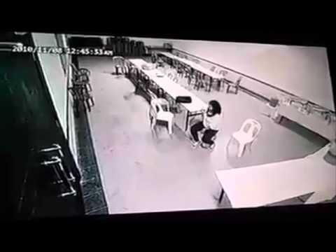 Chica siendo atacada por demonio