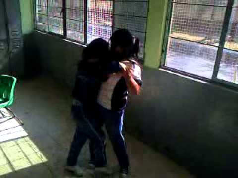Niñas de secundaria peleando