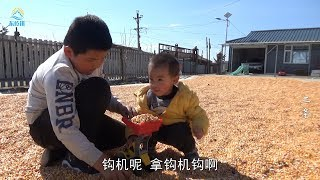 【牛二條】716 农家小院真热闹 二条屋外陪儿子玩的欢 老妈屋内做美食太馋人! thumbnail