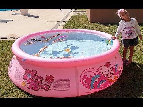 Yeni hello kitty havuza su doldurduk, Ama ancak bebekler yüzdü ::)) Eğlenceli çocuk videosu