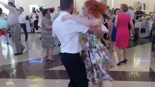 taniec na weselu sukni w kwiaty