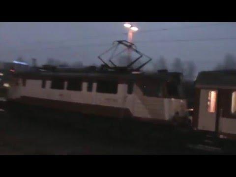 Pociągi w nocnym i dziennym klimacie na stacji Warszawa Zachodnia i Wschodnia