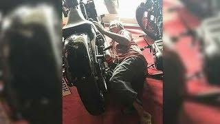 Der Mann kauft ein Motorrad - plötzlich sind die Verkäufer erstaunt