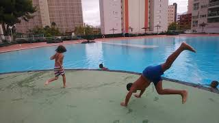 salta en el agua   jumps in water