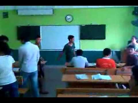 Hôn nhau trong lớp môn ENT112.10 lớp PT09303-UD