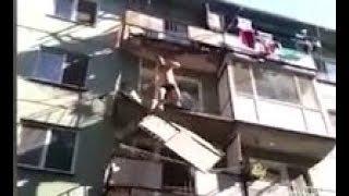 """""""Ты сейчас слетишь оттуда!"""": Видео падения мужчины с балкона в Саратовской области"""