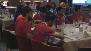 Imágenes de la selección española de fútbol siguendo la final de la Champions League desde Austria