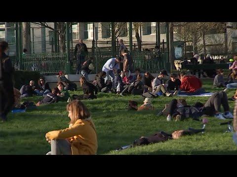 Samedi soir à Paris, l'insouciance des français, jusqu'à la dernière minute.