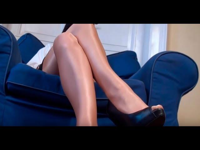 Ножки женщин в колготках под юбкой 2
