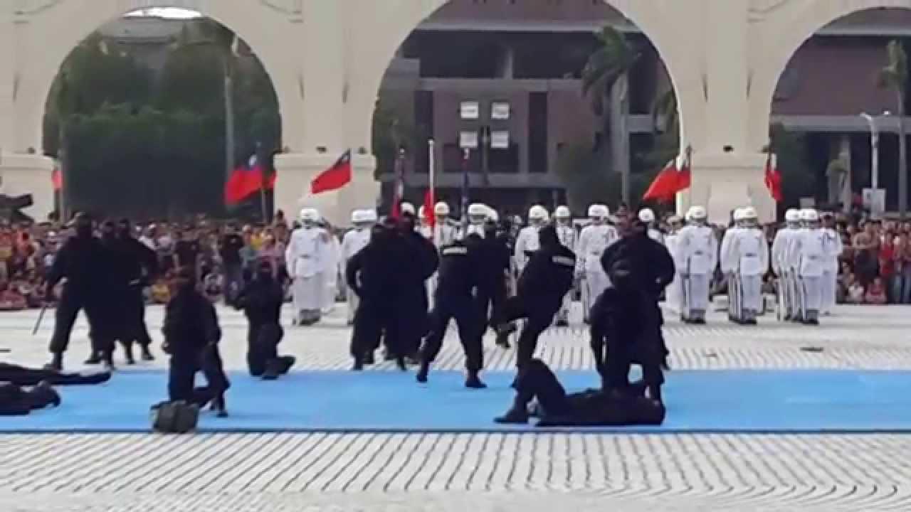 Discovery 特戰部隊體驗展--海軍陸戰隊 · 特勤隊操演/中正紀念堂,2015 - YouTube