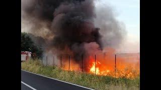 Fumo nero e odore acre, in fiamme residui di un impianto di irrigazione
