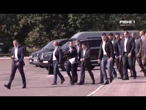 Рівняни президента України біля аеропорту зустрічали з плакатами