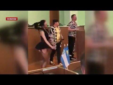 Напів оголені дівчата у Херсоні вітали депутаток з 8 березня