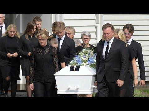 Her bæres Lars Larsens kiste ud af kirken