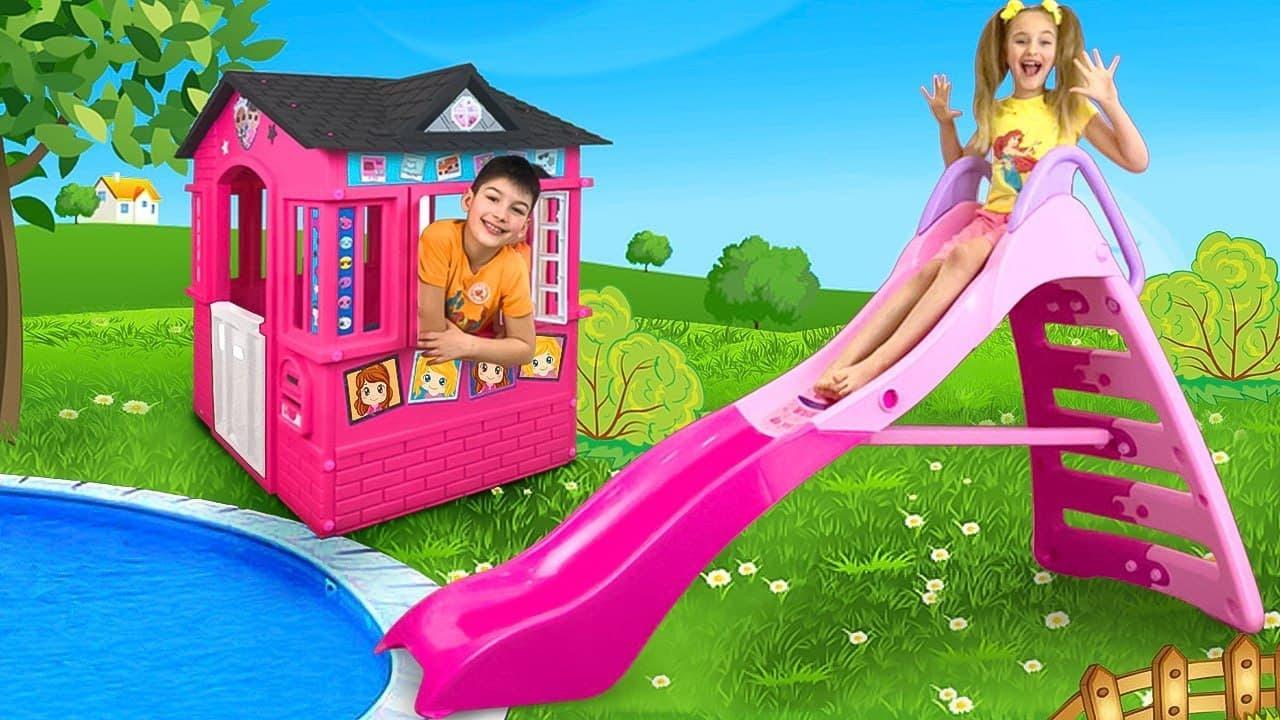 サーシャとマックスはプールで巨大なインフレータブルおもちゃとミニースライドで遊ぶ