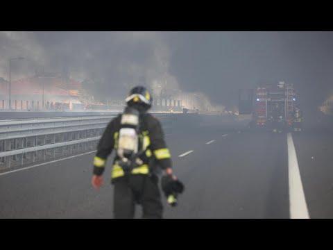Bologna, un tir esplode in autostrada: il videoracconto