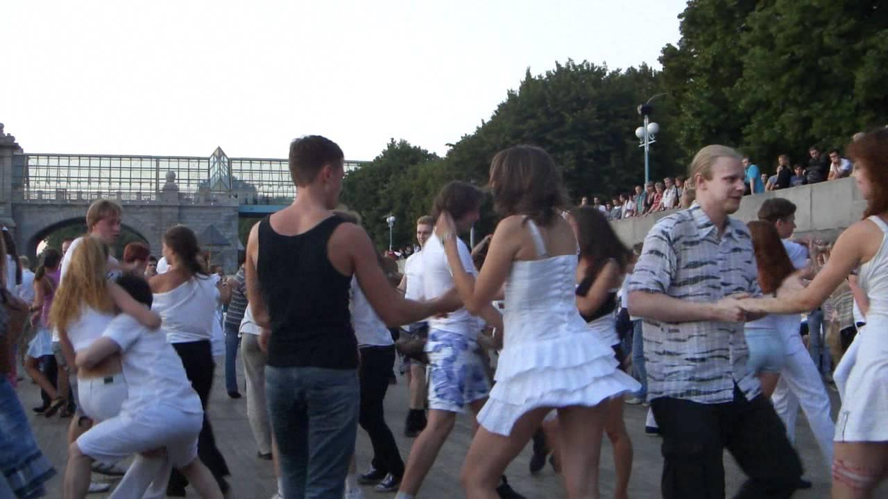 Задирает юбку в танце видео