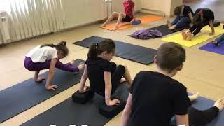Детская йога утром в студии йоги