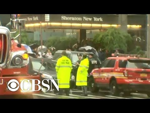Helicopter crashes onto roof of Manhattan building, killing pilot