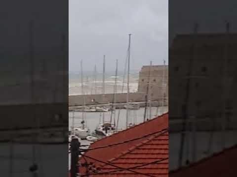 """Τα κύματα """"λούζουν"""" το φρούριο Κούλε"""