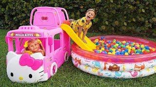 Diana brinca com um novo ônibus de brinquedo