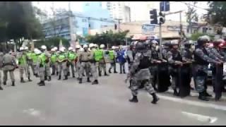 Momento tenso entre manifestantes e policiais
