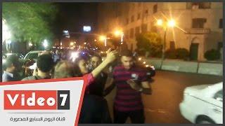 بالفيديو.. شباب تلتقط سيلفى مع خالد بيبو وسيد معوض فى عزاء طارق سليم