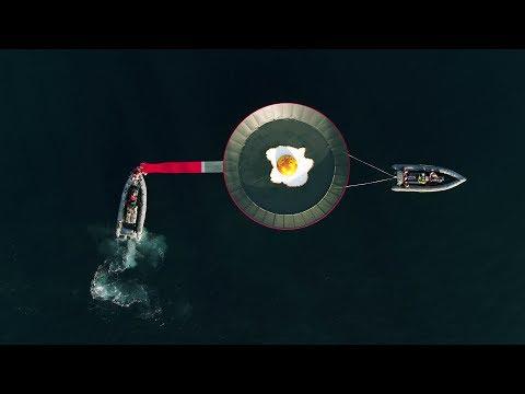 """Greenpeace coloca una sartén gigante con un """"planeta frito"""" frente a La Manga"""
