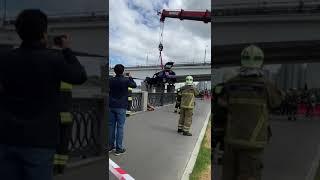 Видео поднятия автомобиля, упавшего в реку в Москве