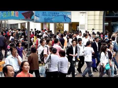 Crowded shopping street/Zone piétonne peuplé/Belebte Einkaufsstraße, Shanghai, China Chine 2010
