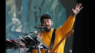 Mike Shinoda and Crowd Pay Emotional Tribute to Chester Bennington In The End
