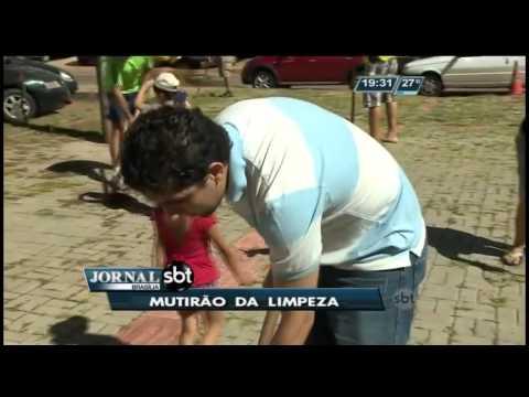 Moradores se reúnem para limpar uma praça em Águas Claras
