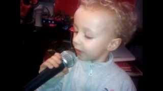 Incredibile - Bimbo di 3 anni canta - Matteo canta Lo Sceriffo