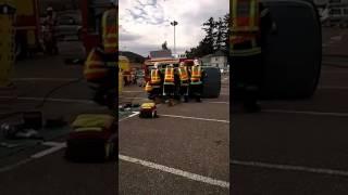 Démonstrations d'un accident de voiture latéral des sapeurs-pompiers 68