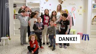 """Kinder im Betreuungszentrum sagen """"Danke"""""""