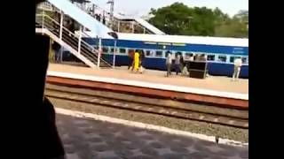 Vijay Devarakonda Missed Train Accident At Kakinada || Dear Comrade Movie Location || Rashmika