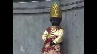 Ciaaattt...Manneken Pis menggunakan Baju adat Lampung, Indonesia