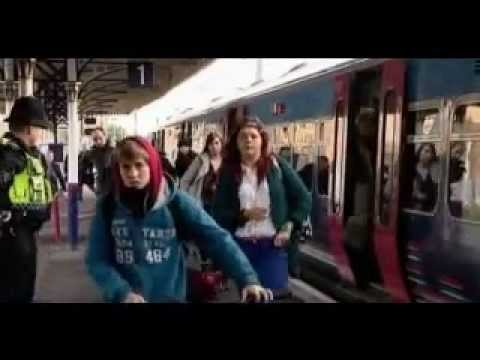 La reina Isabel II de Inglaterra pillada viajando en tren de incógnita - 21/12/2011