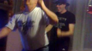 DJ Adjuh en DJ Thunder ska dans (twee mafkezen)