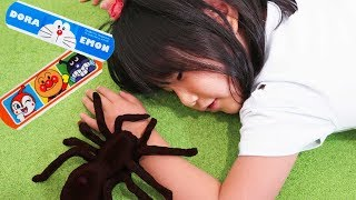 アンパンマンのばんそこうを貼って!寸劇ごっこ遊びをしました♬ Spider creeping up pretend play! The boo boo story! 스티커로 서로의 상처를 치료해줘요~!
