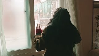 父母为了让儿子娶上老婆,一旦家里来了异性,就把门窗封锁起来
