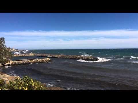 Танцующий миллионер в микро плавках флиртует на пляже с