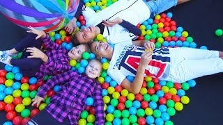 Не поделили БАТУТ Розыгрыш для детей ЗАСЫПАЛИ батут шариками for kids