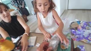 Elifin dedesi ve anne annesigeldi.Elif hediyeler için valizleri altüst etti ::))
