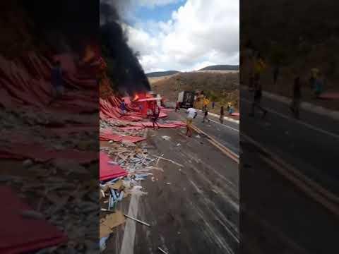 Vídeo: motorista morre após carreta tombar na Bahia e carga é saqueada enquanto o veículo pega fogo