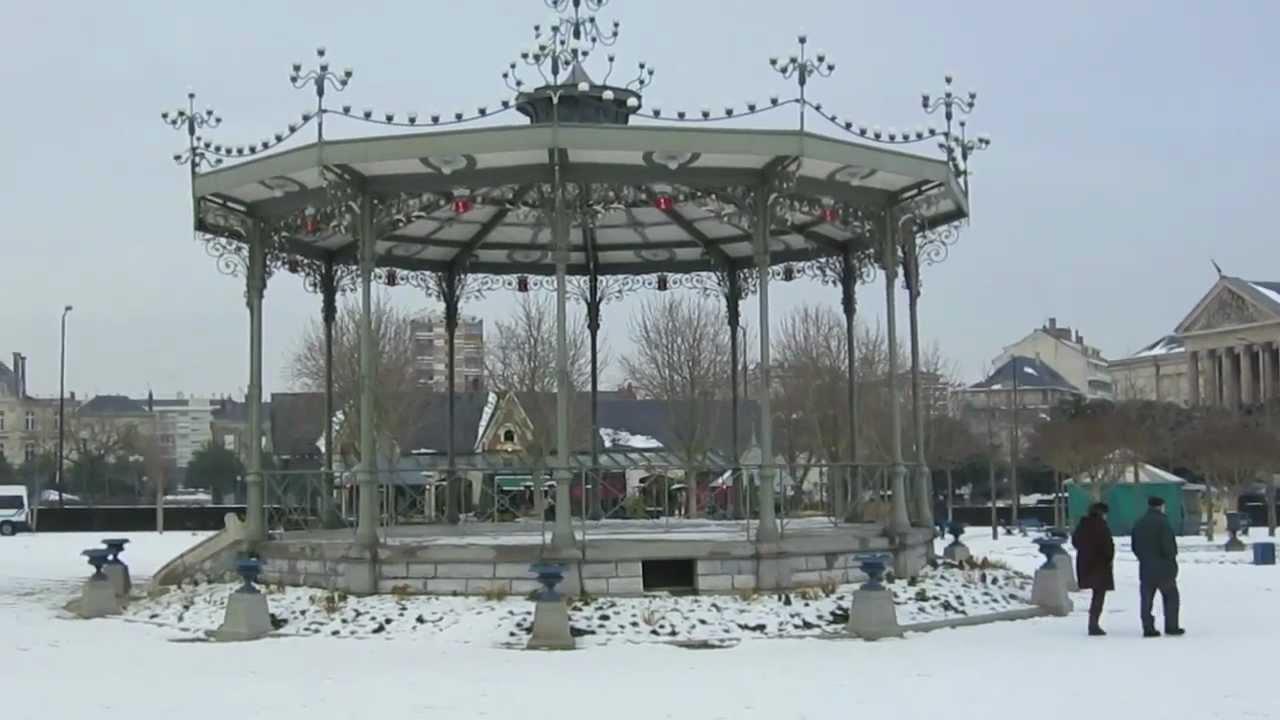 Le jardin du mail angers sous la neige youtube - Jardin interieur du lac angers ...