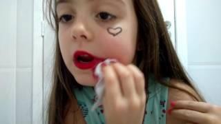 foto real fazendo a maquiagem da arlequina de esquadrão suicida